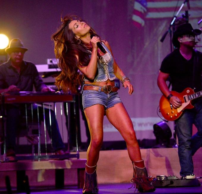 Jessica Lynn performing live